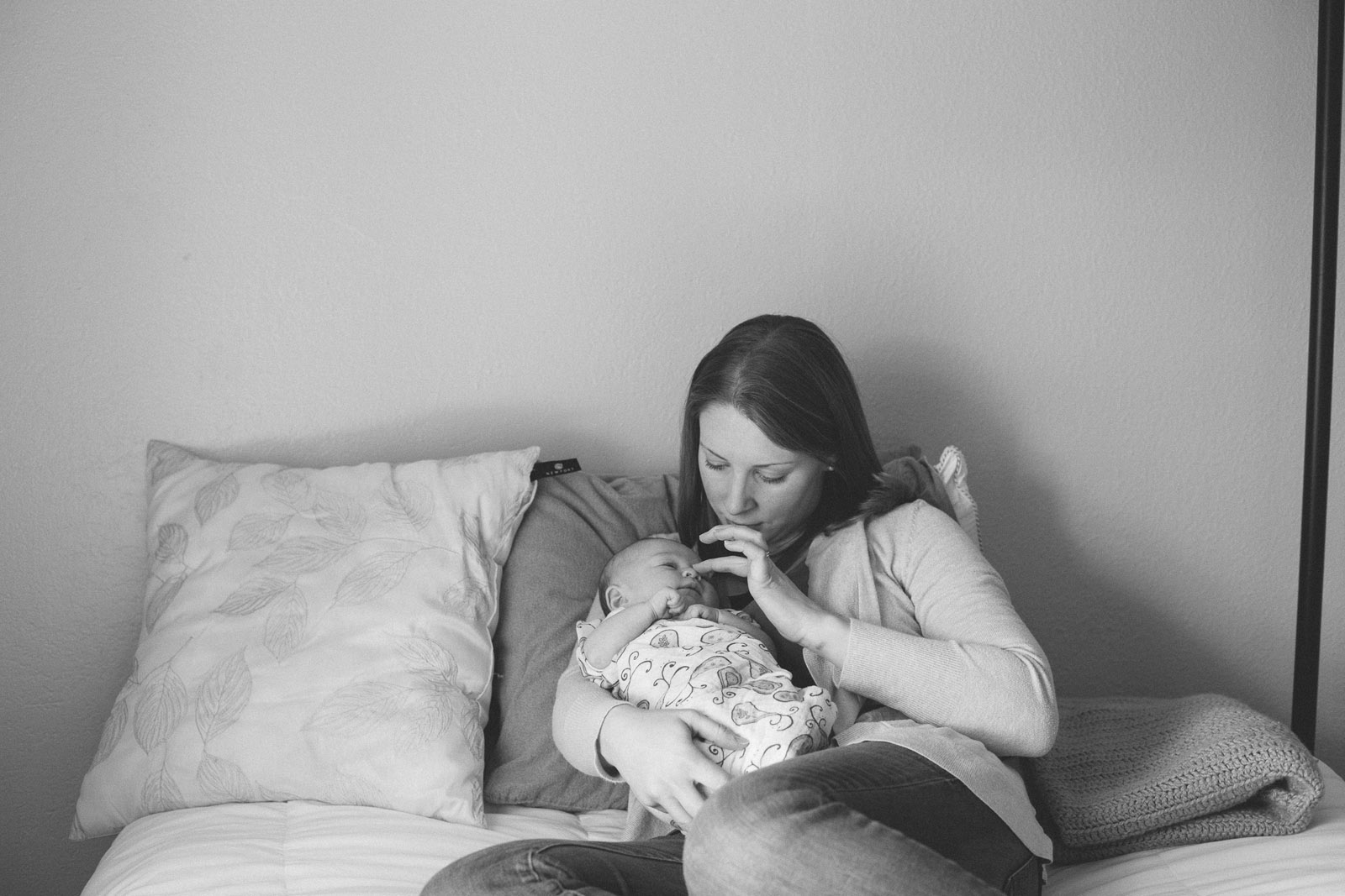 041-newborn-baby-family-birds-bed-cuddling-new-mexico-farmington