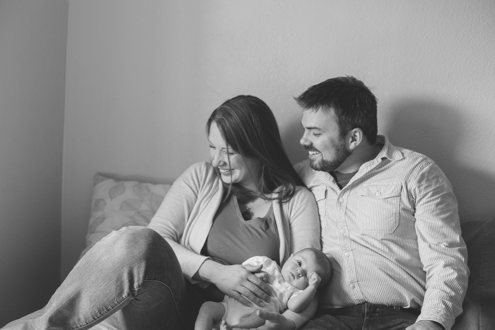 083-newborn-baby-fatherhood-motherhood-birds-wood-floor-playing-new-mexico-farmington