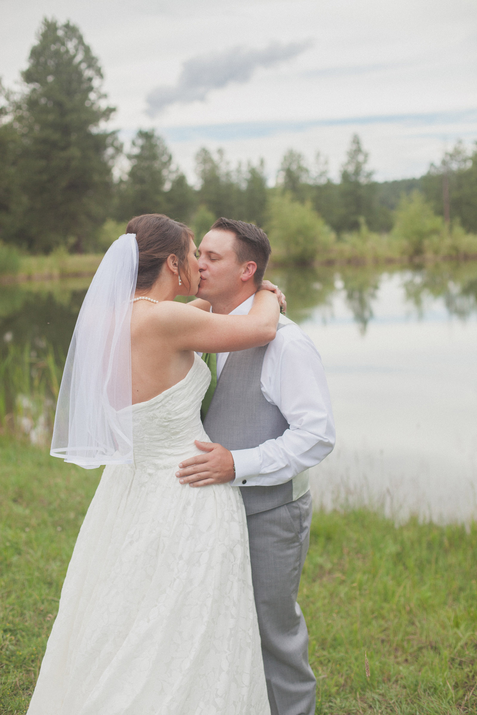 068-groom-bride-wedding-cabin-woods-forest-pictures-photos-dress-photography-portraits-first-look-firstlook-reveal-happy-farmington-aztec-durango-mancos-co-nm