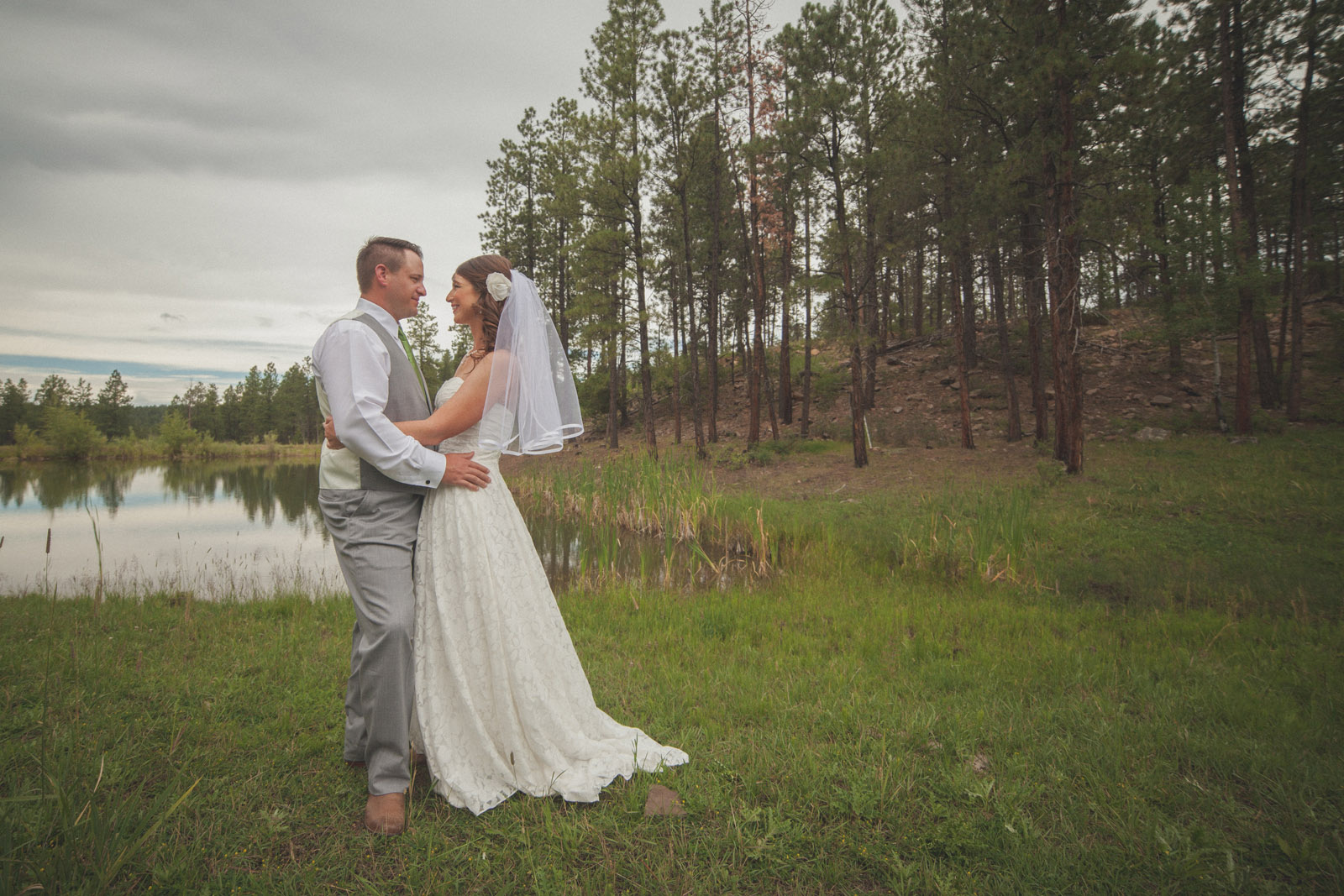 077-lake-trees-groom-bride-wedding-cabin-woods-forest-pictures-photos-dress-photography-portraits-first-look-firstlook-reveal-happy-farmington-aztec-durango-mancos-co-nm
