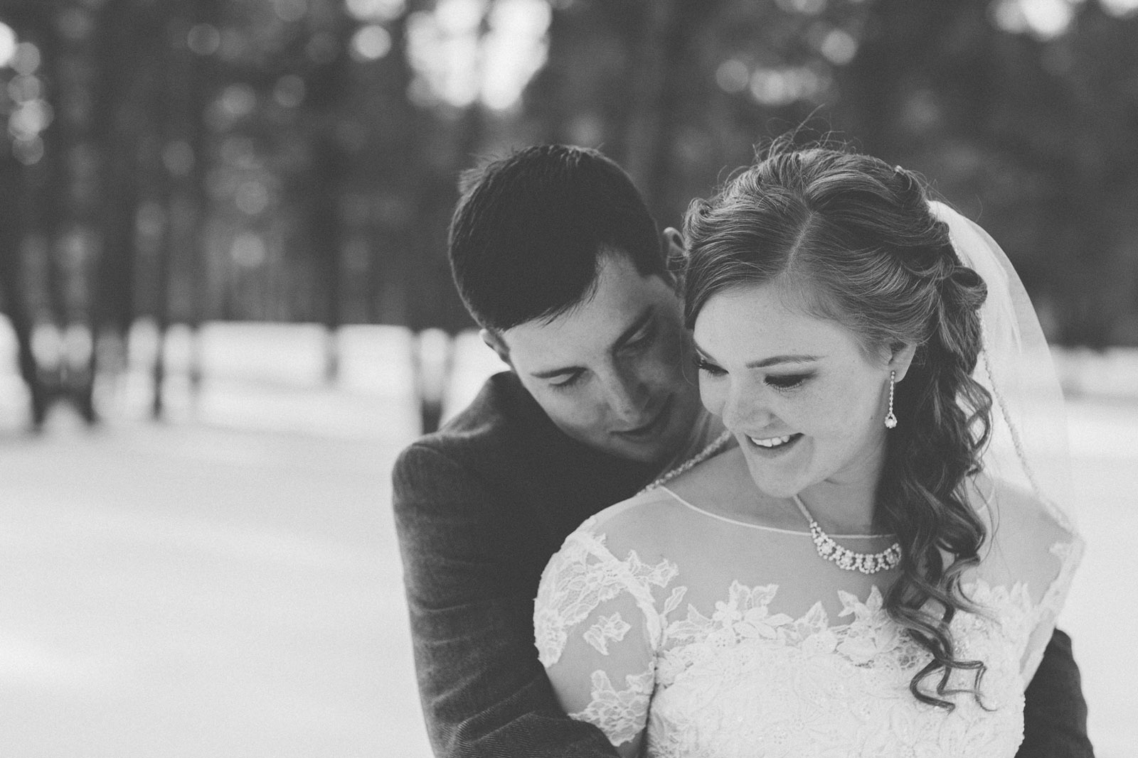 166-wedding-photographer-captures-newlyweds-in-snow-during-a-winter-snow-wedding-in-the-mountains-in-colorado