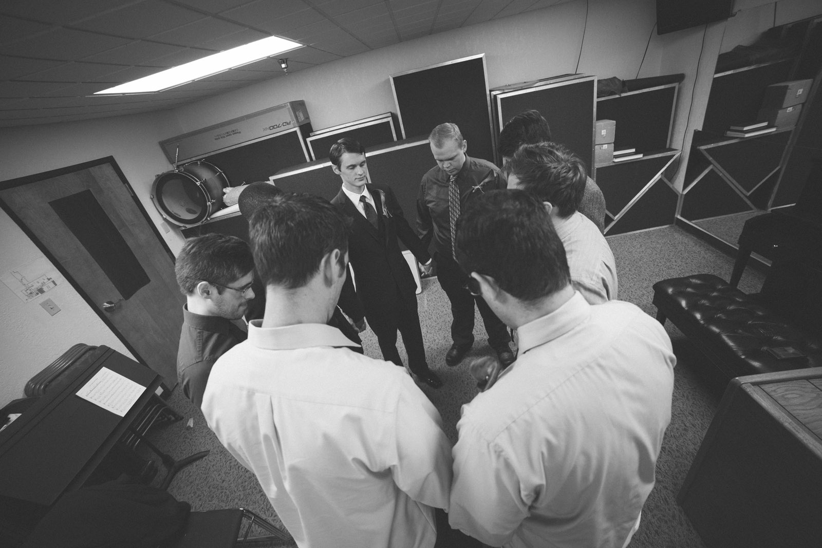 020-groomsmen-praying-together-in-new-mexico-church-before-wedding